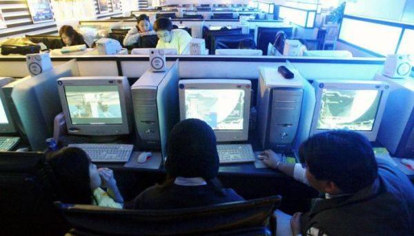 Pengunjung warnet bermain game online. Ternyata rata-rata kecepatan internet Indonesia hanya  11 Mbps.