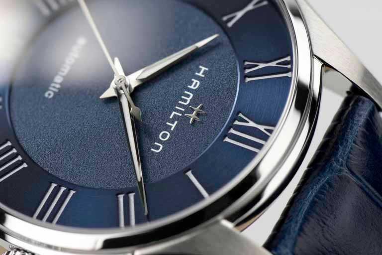 HAMILTON「Jazzmaster Automatic羅馬大三針系列」腕錶,磨砂藍色錶盤╱40mm,精鋼錶殼,藍色小牛皮錶帶╱27,600元。(圖╱HAMILTON提供)