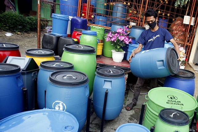 A man arranges waste bins made of recycled materials in Cibinong, Bogor, West Java, on June 5. TikTok's owner, Beijing-based ByteDance, plans to take a US$100 million loss this year to provide free advertising credits to SMEs worldwide willing to try the platform's new services.