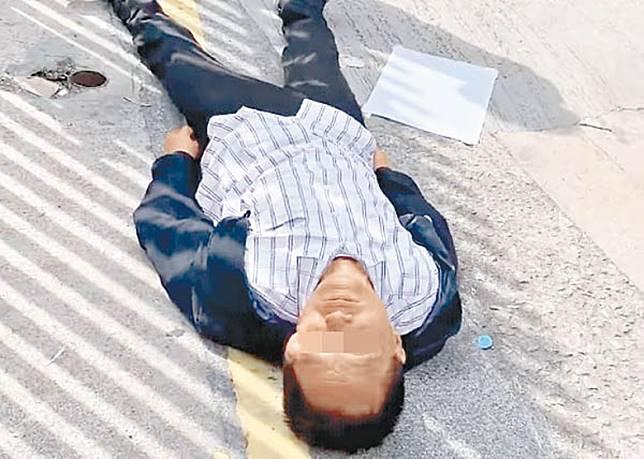 男子被擊中後受傷倒地。(互聯網)