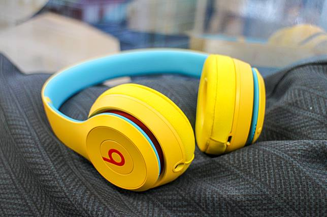 Beats Solo3 Wireless(售價$1,699)日前推出The Club Collection,4款配色充滿玩味,圖為學院黃。
