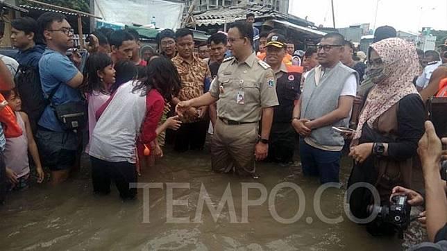 Gubernur DKI Jakarta Anies Baswedan meninjau lokasi banjir di RW14 Kelurahan Duri Kosambi, Kecamatan Cengkareng, Jakarta Barat, 2 Januari 2020. Tempo/Imam Hamdi