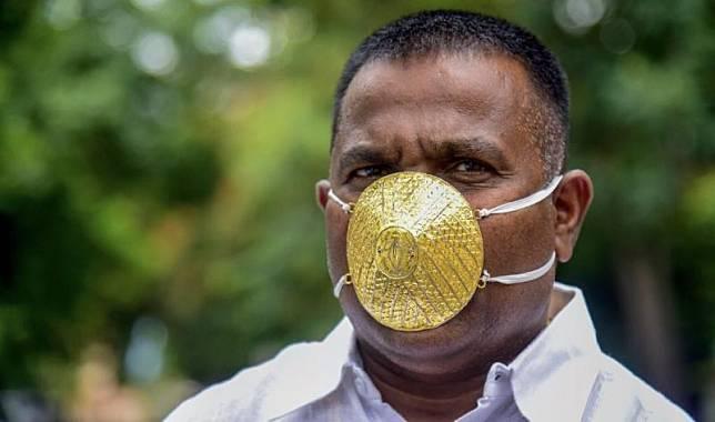 Shankar Kuhade mengenakan masker terbuat dari emas (Foto: AFP)
