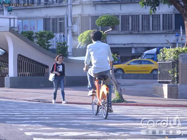 在交通法規中自行車歸類為慢車,騎上斑馬線、人行道即屬違規,可處300元到600元罰款(圖/卡優新聞網)