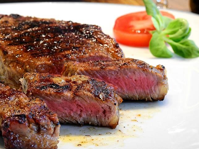 ▲自稱是平價牛排館員工的網友在臉書表示,常遇到客人要求「肉要 4 分熟」實在很困擾,貼文釣出行家揭密牛排的「熟度分法」。(示意圖/翻攝自 Pixabay )