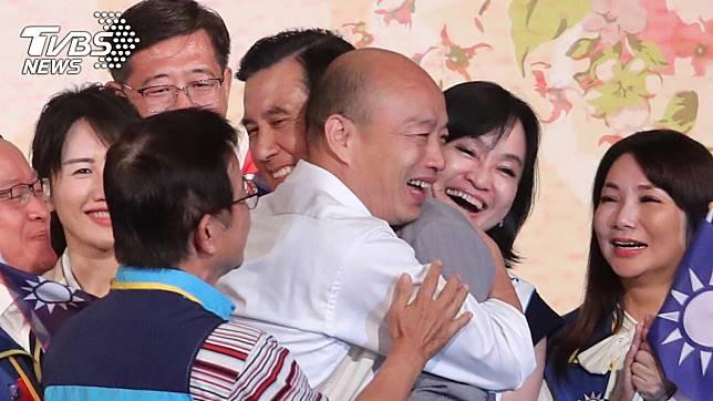 國民黨提名總統參選人韓國瑜15日在台北出席「大陸台商秋節聯誼茶會」,與前總統馬英九互相擁抱致意。中央社