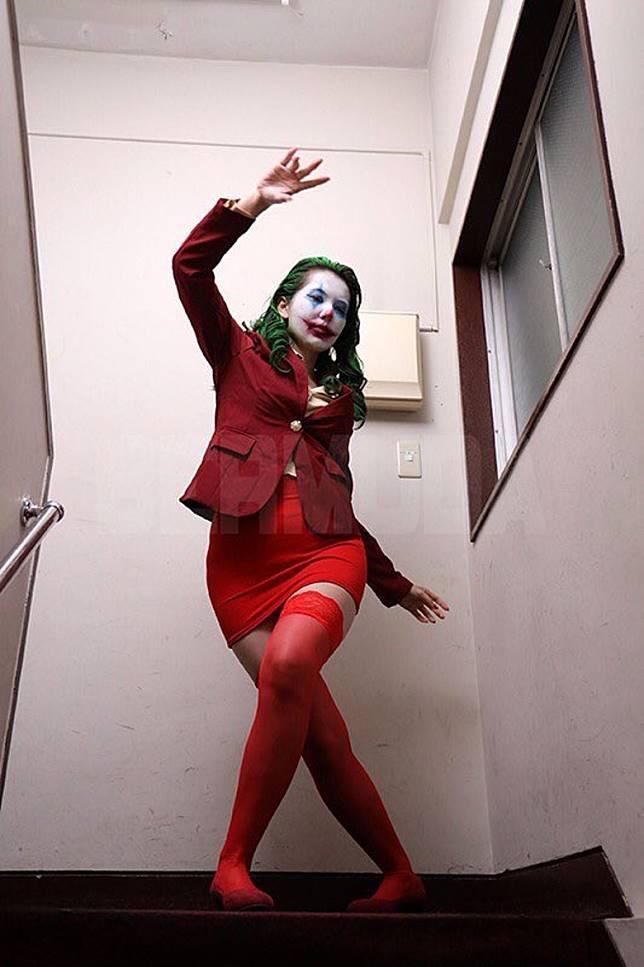 波多野結衣演AV版小丑,學足原裝小丑在樓梯跳舞。