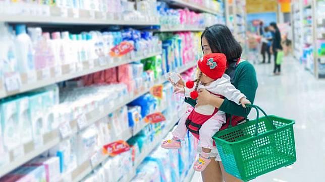 Ilustrasi ibu dan anak berbelanja. shutterstock.com