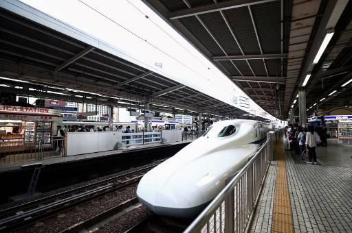 รถไฟหัวกระสุนญี่ปุ่นวิ่ง 280 กิโลเมตรต่อชั่วโมง ก่อนจะรู้ว่า ประตูเปิดอ้าไว้หนึ่งบาน Behrouz MEHRI / AFP