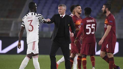 Pelatih Manchester United Ole Gunnar Solskjaer menyalami pemain usai melawan Roma di semifinal Liga Europa.(Foto: REUTERS/ALBERTO LINGRIA)