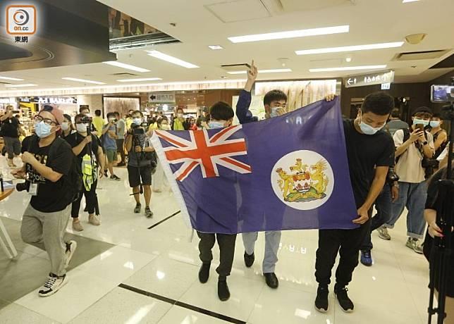 示威者在商場內遊行。(何天成攝)