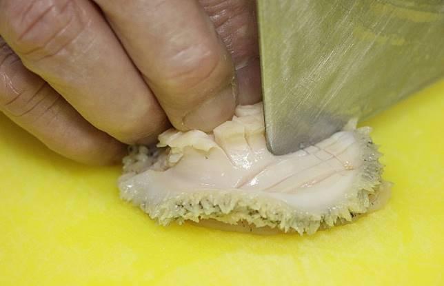 想煮出來的鮑魚賣相更佳,煮之前先垂直及打橫𠝹幾刀, 熟透後就會有雕花效果。(資料圖片)