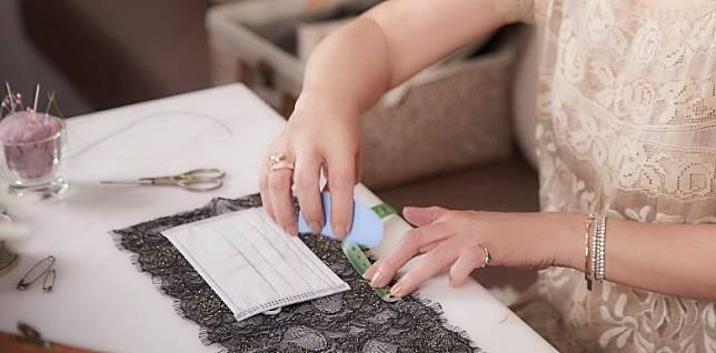 喱士面紗口罩配飾全人手製作,令每一片喱士面紗口罩配飾精緻獨到。(互聯網)