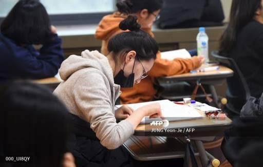 JUNG Yeon-Je / AFP การสอบเข้ามหาวิทยาลัยถือเป็นจุดสำคัญที่สุดของระบบการศึกษาที่เรียกร้องต้องการสูงของเกาหลีใต้ และภายในสังคมที่มีการแข่งขันสูงมาก นี่คือส่วนสำคัญในการกำหนดชีวิตในวัยผู้ใหญ่ของนักเรียน