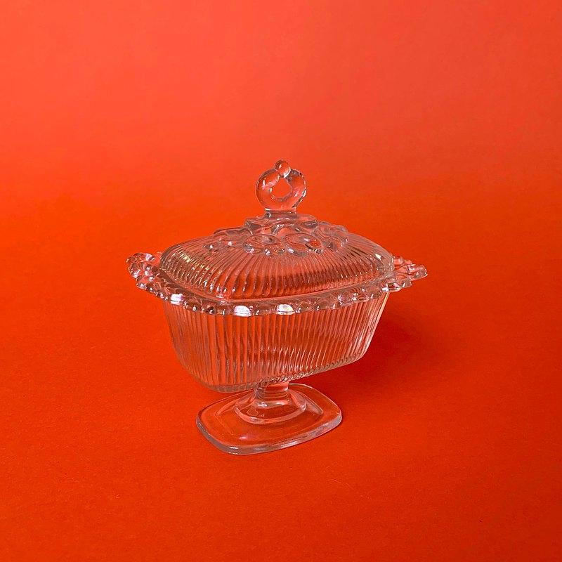 奶奶級的糖果器皿,除了放糖果,化妝棉,茶包等等都超適合 蓋子及器皿的邊飾經典漂亮,放置一角賞心悅目