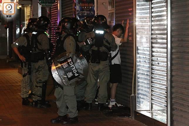防暴警在安寧路帶走一名男子。(余宏基攝)