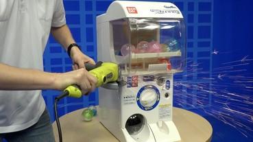 好奇日本「扭蛋機」是怎麼運作的?外國人決定直接鋸開整台機器來給你看!