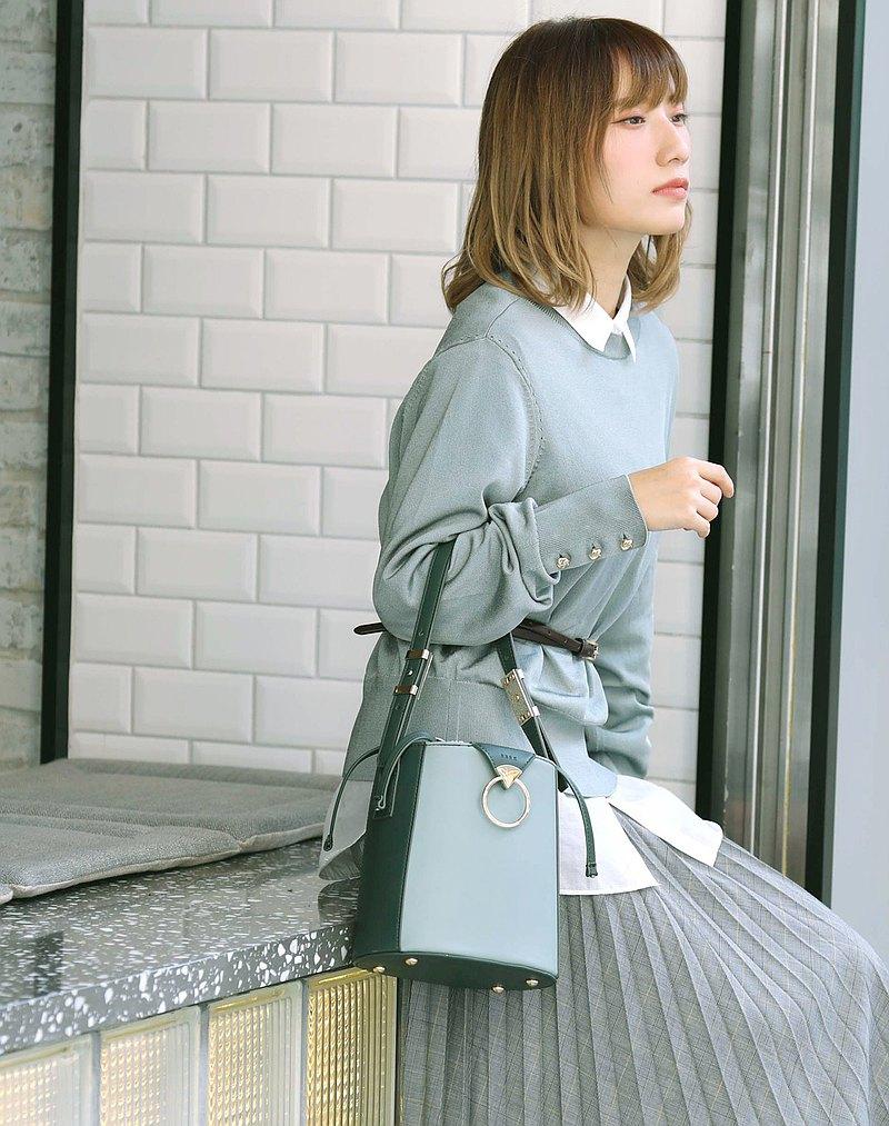 獨家設計水筒包,容量足夠你日常所需如長銀包/ 化妝包/ 充電器~長肩帶兩邊有復古金屬扣,可以自由調教長短,長短帶兼備, 讓你配襯不同造型
