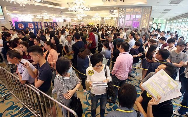 Buyers shrug off Hong Kong rallies to snap up Aurora flats in Tsuen Wan, offered at 10 per cent discount to the neighbourhood