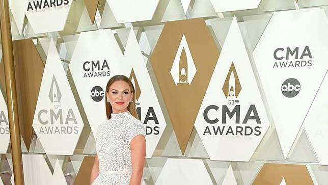Keberatan Gaun, Bintang Reality Show Amerika Sampai Terduduk di Karpet Merah