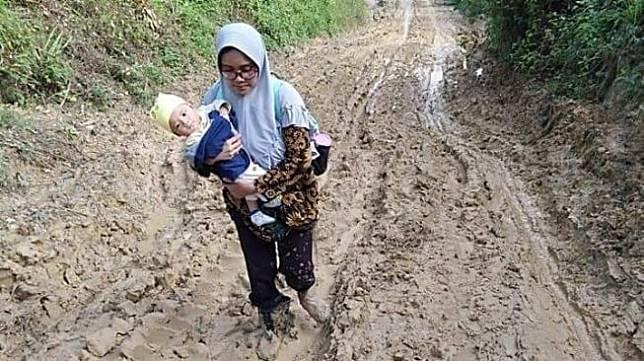 Potret perjuangan guru gendong bayi lewati jalan berlumpur di Aceh (FB/atjehtimeline)