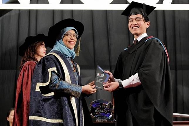 Kaesang Pangarep, youngest son of Indonesia President Joko Widodo, receives the SUSS-EMP Alumni Entrepreneurship Award from President Halimah Yacob at the SUSS Graduation Ceremony on Oct 9, 2019.