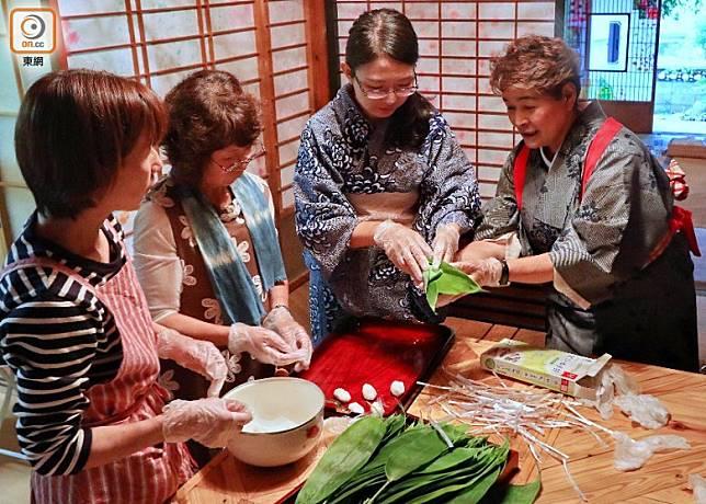 民宿提供傳統食品制作:葉子包裹的丸子,相當有特色。(李家俊攝)
