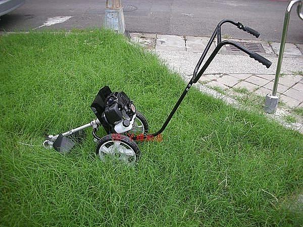 只要調整手把高度,可適用於任何身高的使用者。 nn設計嬌小,可進出一般手推式割草機無法進出的地形