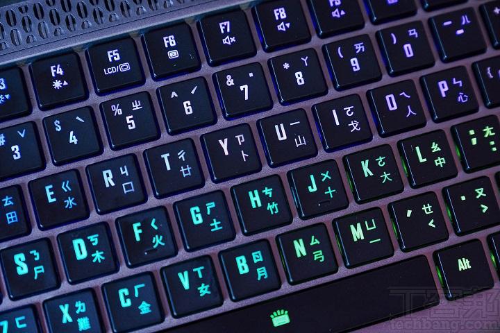 支援自家 RGB FUSION 2.0 技術,並可提供 1,670 萬色單鍵背光設定、全鍵防鬼鍵、可自行設定 Marco Key 等功能。