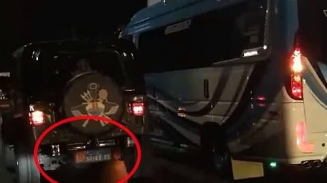 Sopir Mobil Dinas TNI Ditarik Paksa Oleh Sopir Elf di Sidoarjo. (Facebook)