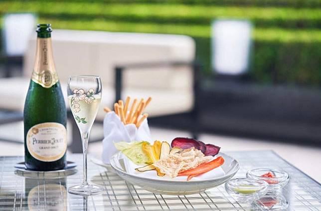 餐廳與香檳Perrier-Jou t合作,製作了一系列Beige Alain Ducasse Tokyo的菜單。(互聯網)