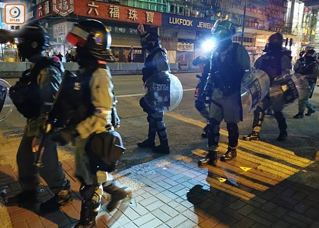 防暴警開抵豉油街布防。(葉嘉文攝)