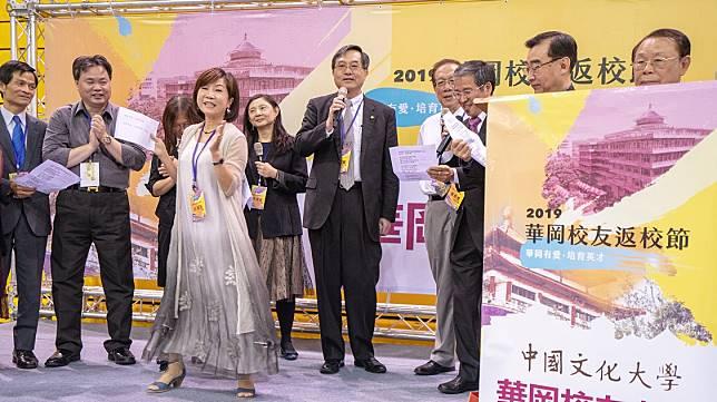 校長徐興慶與董事張海燕帶領校友載歌載舞炒熱氣氛