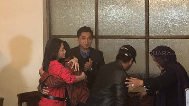Dewi Perssik dan Rosa Meldianti berpelukan [Suara.com/Revi]