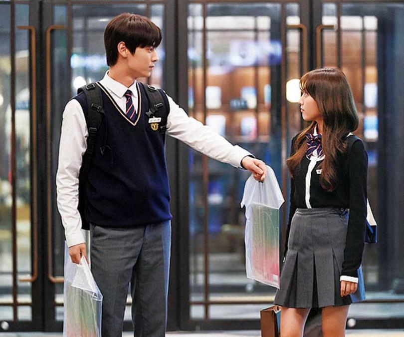 黃旼炫在《Live on青春放送》搭檔童星出身的美少女鄭多彬,共譜校園戀愛。(圖/翻攝JTBC)