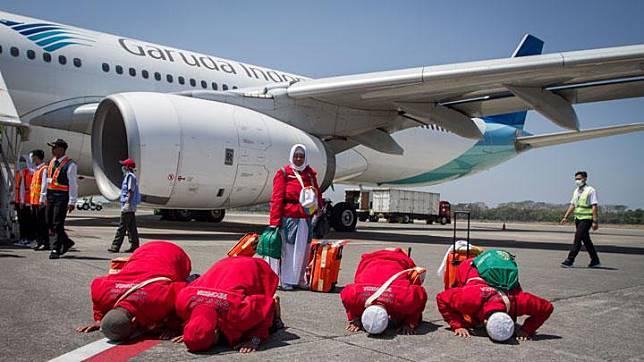 Jemaah haji melakukan sujud syukur setibanya di Bandara Adi Soemarmo, Boyolali, Jawa Tengah, Ahad, 18 Agustus 2019. Jemaah haji kloter pertama dari berbagai daerah mulai tiba di Tanah Air. ANTARA