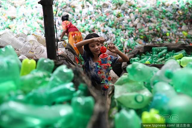 塑膠堆中的童年