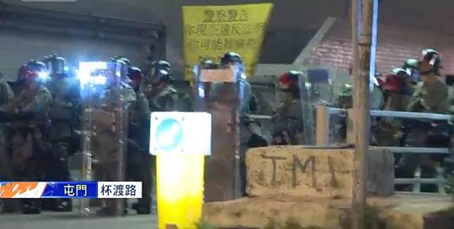屯門警署外防暴警察戒備。NOWTV截圖