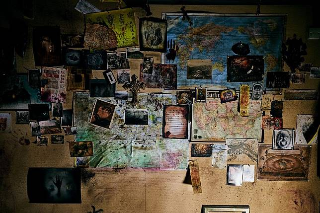 玩家走進第一間密室,猶如置身荒廢已久的檔案室之中。(互聯網)