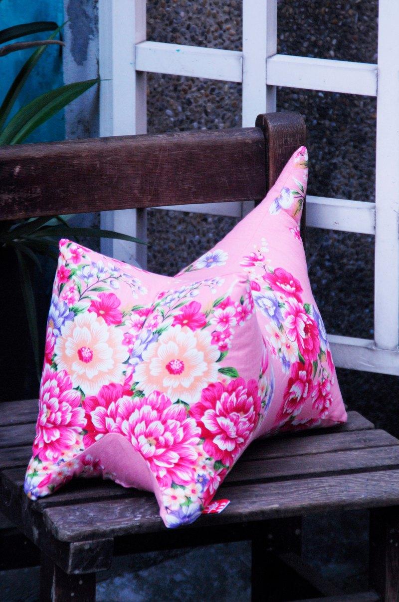 彰藝坊以台灣傳統吉祥物「虎」做為外型所設計出來的抱枕,為你帶來好運,解除你的憂心、憂愁。靠背、靠腰、墊腳、手放、頭靠,居家生活不得缺少的一顆多功能堅固抱枕。