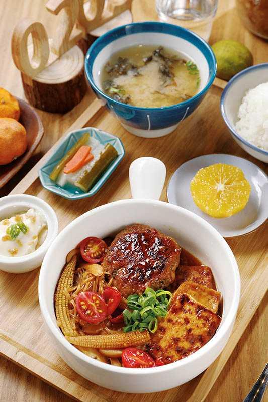 再春食堂的照燒豆腐豬肉漢堡排,搭配玉米筍、番茄及豆腐,兼顧美味與營養(250元)。(圖/于魯光攝)