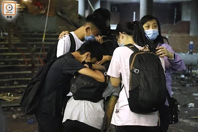 有被勸降學生互擁痛哭。(黃仲民攝)