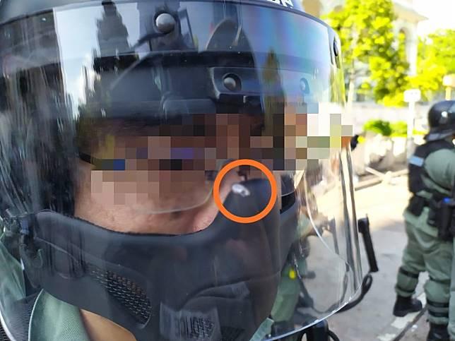 一名防暴警員的面罩被鋼珠擊中。
