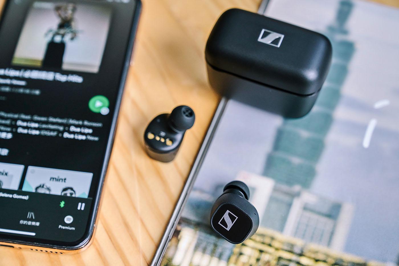評測以優先上市的黑色機型為主,可以看到CX 400BT 無論耳機本體或是充電盒,在造型上彼此呼應,同樣都以前述方形帶圓弧修邊設計,且外殼塗裝都以啞黑磨砂紋路為主,再搭配鮮明的銀色商標圖案,使得產品觀感更具時尚與高雅風格。