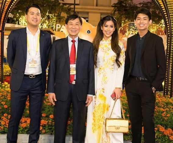 阮仙與父親、哥哥們的合照。