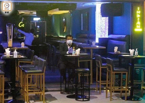 酒吧限4人一枱。