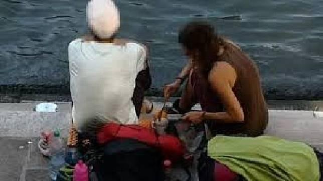 Dua orang turis asal Jerman sedang membuat kopi di pinggir jembatan Rialto Bridge dan terkena denda Rp15 juta. News