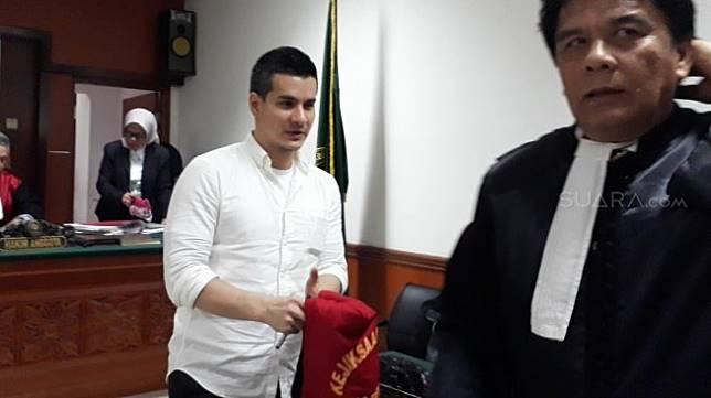 Steve Emmanuel usai menjalani sidang narkotika di PN Jakbar, Kamis (23/5/2019). [Sumarni/Suara.com]