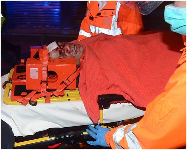 事主頭及腳受傷,半清醒被送往伊利沙伯醫院治理。