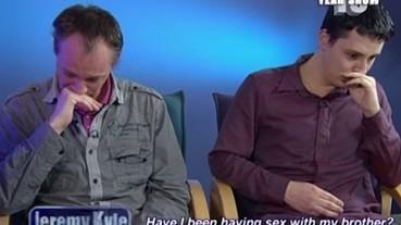 這對同志情侶決定結婚 卻意外發現彼此可能是失散多年的親兄弟...